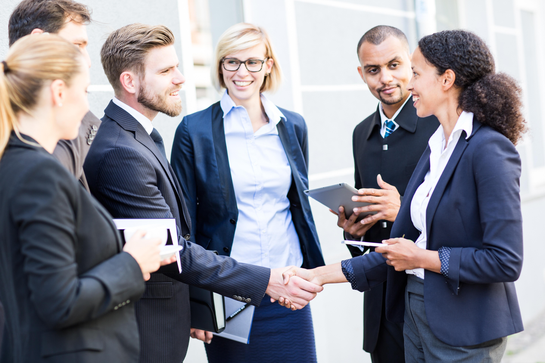 E_Q_team_business_vertrag_gruppe_menschen_arbeit_work_handschlag_abmachung_einverstanden_adobestock_ID90261856_standardlizenz_keinablaufdatum